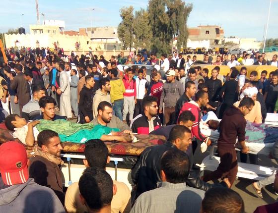 Familiares carregam vítimas de ataque terrorista à mesquita no Egito (Foto: AFP)