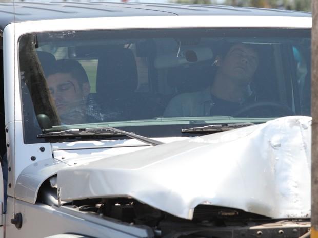 Depois de dopar Caíque, Gustavo pega o volante e enfia o carro em um poste (Foto: Artur Meninea/ Gshow)