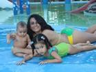 Claudia Pires, a Miss Bumbum vovó,  posa com os netos: 'São minha vida'