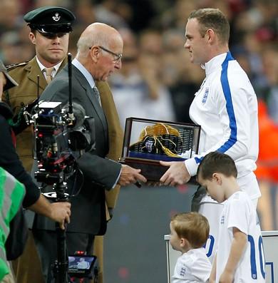 Inglaterra x Eslovênia - Rooney recebe prêmio (Foto: Getty)