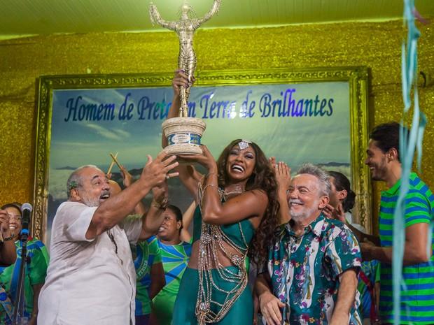 Juju Popular se emociona com o troféu em mãos (Foto: Artur Meninea/ Gshow)