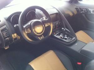 O esportivo Jaguar F-Type Coupê (Foto: Andre Paixão/G1)
