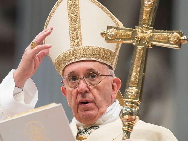 O Papa Francisco conduz a Missa da Epifania no Dia de Reis, em 6 de janeiro, na basílica de São Pedro, no Vaticano (Foto: Osservatore Romano/AFP)