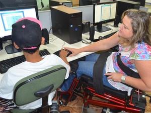 Léia dá aulas de reforço pedagógico em escola de Rifaina, SP (Foto: Felipe Turioni/G1)