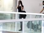 Inversão de papéis: Alinne Moraes dá uma de paparazzo em aeroporto
