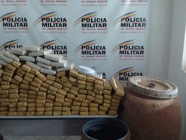 Drogas estavam guardadas em dois tonéis (Foto: Divulgação/Polícia Militar)