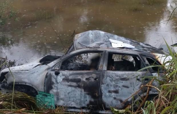 Sete pessoas morrem carbonizadas em colisão frontal na GO-080, próximo a Jaraguá, Goiás (Foto: Reprodução/TV Anhanguera)