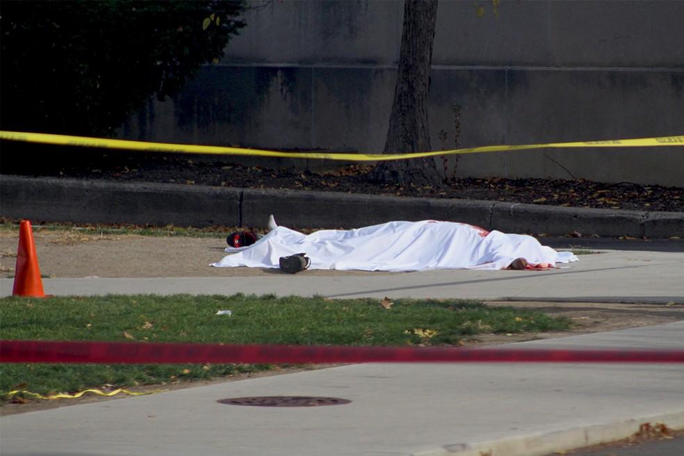 Corpo ensanguentado é visto fora do campus da Universidade Estadual de Ohio após o ataque desta segunda-feira (28) (Foto: Courtesy of Mason Swires/thelantern.com/Handout via REUTERS)