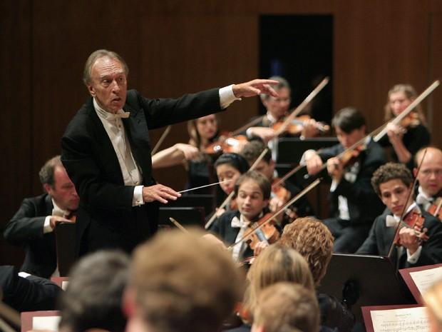O maestro italiano Claudio Abbado conduz sua orquestra durante a abertura do festival de Lucerna, na Suíça, em agosto de 2007 (Foto: AP Photo/Eddy Risch, Keystone)