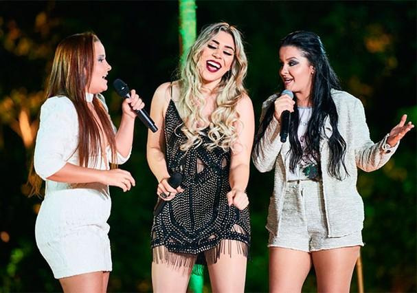 Naiara Azevedo entre a dupla Maiara e Maraisa no clipe da música hit 50 reais  (Foto: Divulgação)