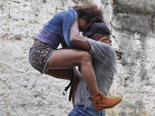 Alice tenta se livrar de ataque (Foto: Raphael Dias/ TV Globo)