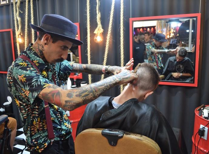 La Mafia oferece serviço de barbearia no camarote do Planeta Atlântida 2017 (Foto: Igor Grossmann/Gshow)