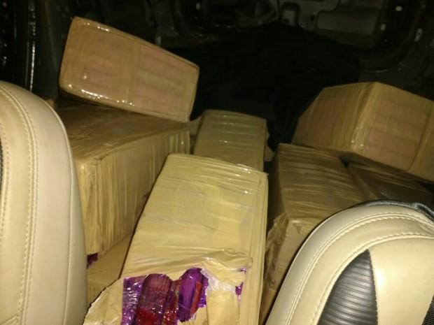PRF encontrou 400 quilos de maconha em Volvo XC60 roubado (Foto: PRF/Divulgação)
