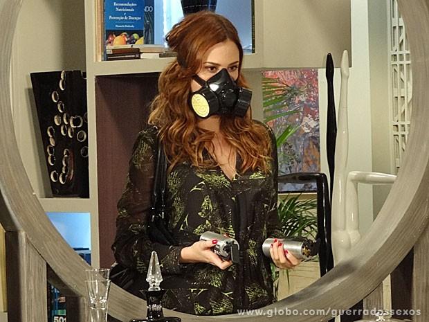 Veruska usa bombas de gás para roubar diamantes (Foto: Guerra dos Sexos / TV Globo)