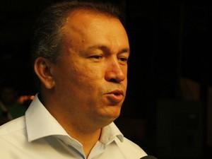 Paulo Guedes chega para debate na Inter TV Grande Minas (Foto: Michelly Oda / G1)