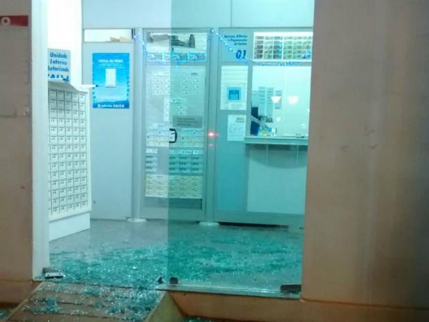 Casa lotérica foi invadida e furtada nesta 3ª feira (Foto: Divulgação/ PM Quadra)
