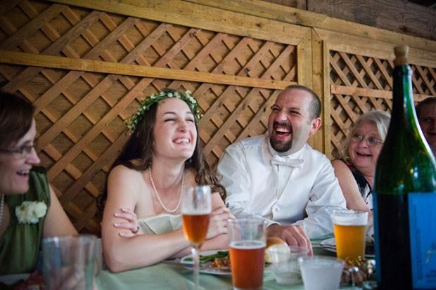 casal realizou uma maratona de 16 horas para produzir 170 litros de cerveja para o próprio casamento. (Foto: Ben Sassani/AP)