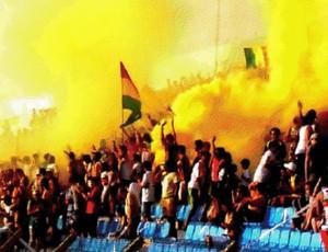 Torcida do Sampaio faz festa com fumaça amarela, no Nhozinho Santos (Foto: Arquivo/Lucas Leão)