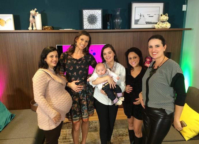 Camille Reis conversa com futuras mamães  (Foto: RBS TV/Divulgação)