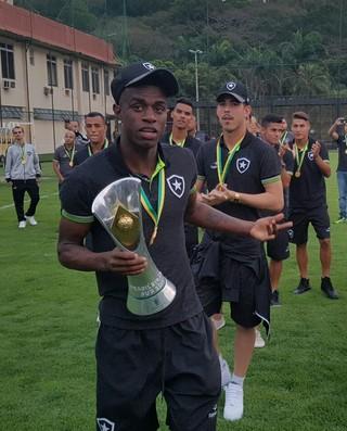 Elenco Botafogo Sub-20  (Foto: Marcelo Baltar)