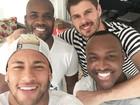 Neymar mostra visual platinado ao lado de amigos famosos