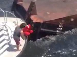 Homem é resgatado após naufrágio de rebocador em Niterói (Foto: Reprodução/Internet)