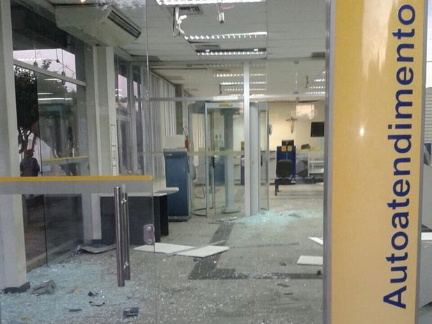 Agência de Poço Verde ficou parcialmente destruída (Foto: Valdiclécia Maria/VC na TV Sergipe)