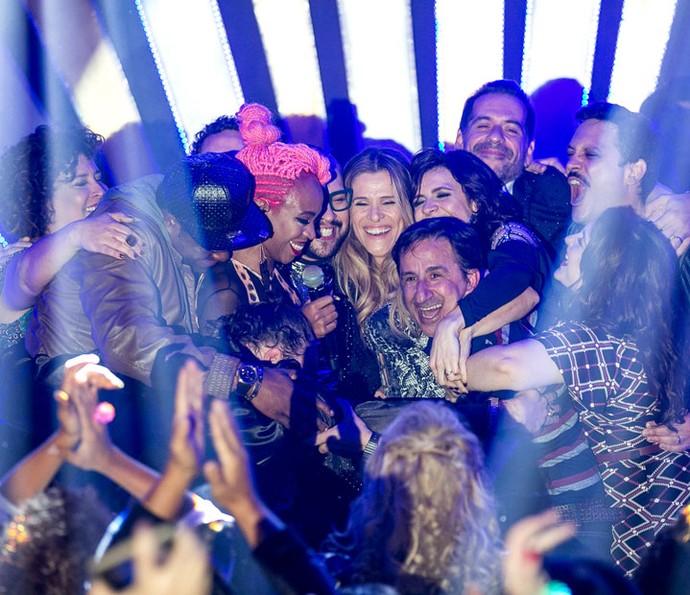 Em clima de despedida, atores de Chapa Quente se abraçam no palco (Foto: Gshow/Isabella Pinheiro)