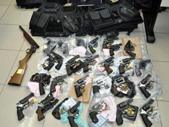 Armas apreendidas com os supostos policiais ferroviários federais (Foto: Divulgação / Polícia Federal)