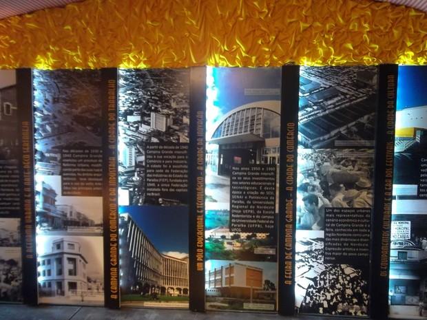 No 'Arraiá do Conhecimento', painéis contam a história de prédios antigos da cidade em Campina Grande (Foto: Rafael Melo/ G1)