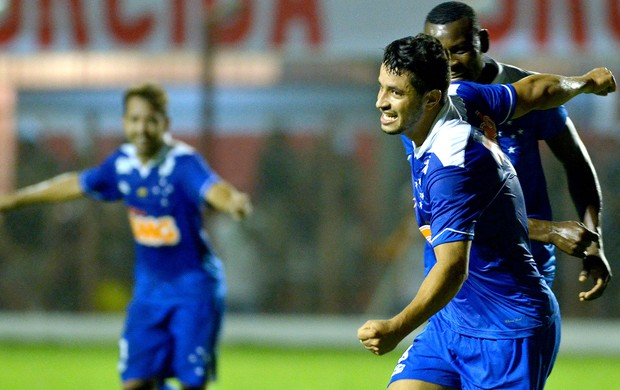 Léo gol Cruzeiro Villa Nova (Foto: Douglas Magno / Agência Estado)