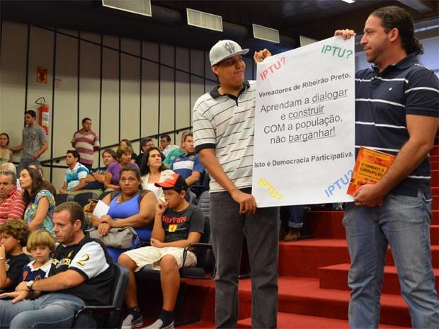 Manifestantes levaram cartazes para protestar contra aumento de IPTU em Ribeirão Preto (Foto: Rodolfo Tiengo/G1)