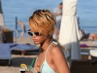 Rihanna bebe drinques em ida à praia na Polônia