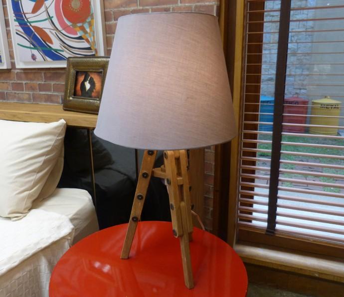 No quarto, um pequeno cavalete serve como base do abajur ao lado da cama (Foto: Monique Arruda / Gshow)