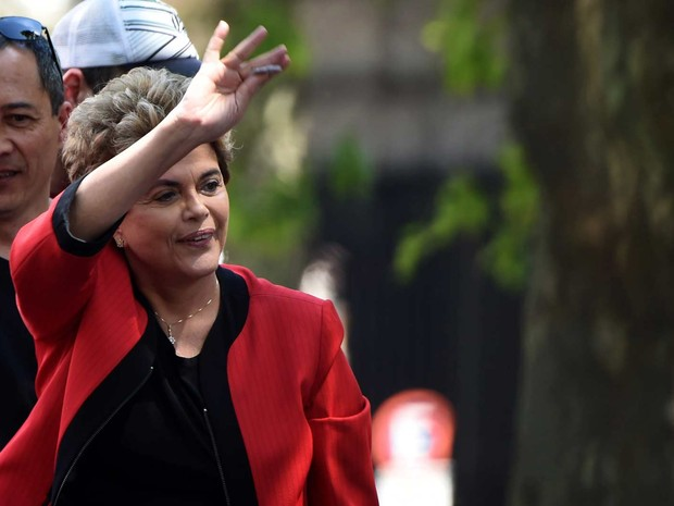 Dilma Rousseff durante evento organizado por organização sindical em Montevidéu, no Uruguai, nesta sexta-feira (4) (Foto:  Pablo PORCIUNCULA BRUNE / AFP)