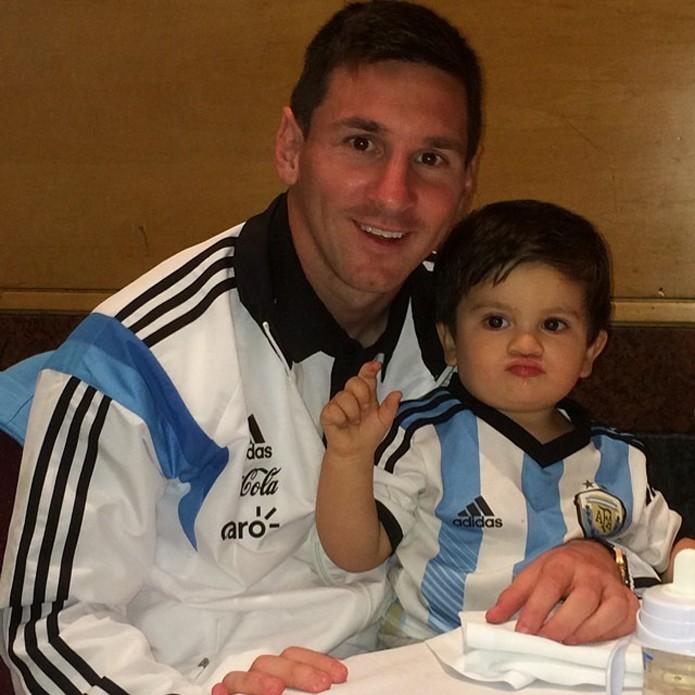 Foto com filho rendeu 600 mil curtidas para Messi (foto: Reprodução/Instagram)