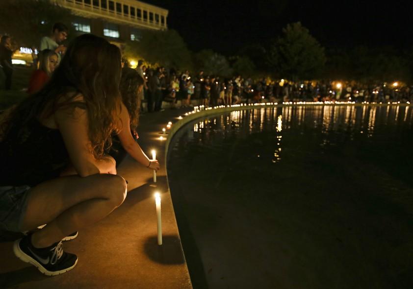 Estudantes da Universidade Central da Flórida participam de homenagem ao segundo jornalista americano decapitado pelo Estado Islâmico, Steven Sotloff. Ele foi aluno da universidade entre 2002 e 2004