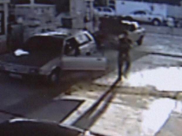 Policial atirou após ter os vidros do carro quebrado (Foto: Reprodução/TV Tribuna)