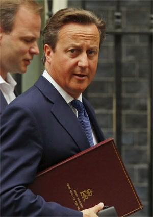 James Cameron caminha até o Parlamento nesta segunda-feira (1º), em Londres (Foto: Reuters/Luke MacGregor)