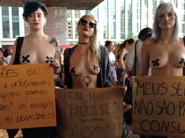 Grupo usa cartaz para protestar contra a criminalização o do aborto na concentração antes da Marcha das Vadias na região da Avenida Paulista, em São Paulo (Foto: Paula Paiva Paulo/G1)