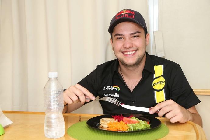Saladinha e comida leve dão o tom da dieta de Felipe Fraga na temporada 2015 (Foto: Rafael Gagliano / Divulgação)