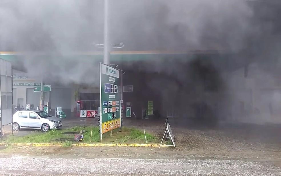 Fumaça do bloqueio feito pelos manifestantes invade posto de combustível na Avenida Marechal Rondon, em São Cristóvão (SE). (Foto: Danilo Mecenas)