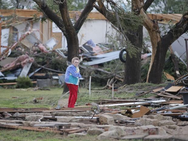 Charmaine Foraker observa a destruição causada por tornado em sua fazenda perto de Bentley, no Kansas, na quarta-feira (6) (Foto: Travis Heying/The Wichita Eagle via AP)