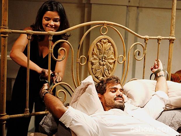 Aline amarra Ninho na cama antes de esfaqueá-lo (Foto: Felipe Monteiro/TV Globo)