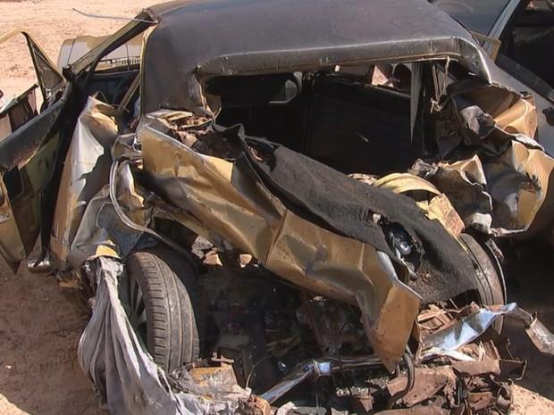 Carro onde estavam as vítimas ficou destruído (Foto: Osmir Gomes/TV TEM)