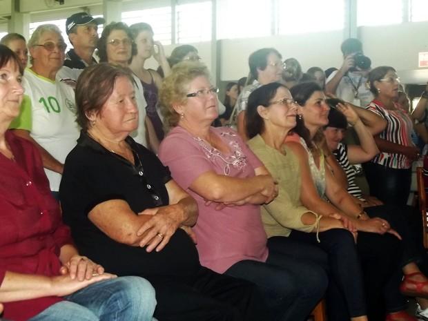 Moradores de Cerro Largo durante o anúncio do nome do novo Papa (Foto: Márcio Luiz/G1)
