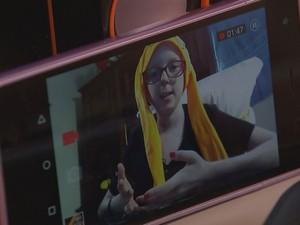 Lorena grava os vídeos com o celular da mãe no quarto dela  (Foto: Gabriel Torres/ TV TEM )