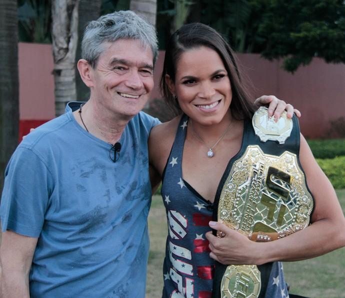 Serginho Groisman posa para foto com Amanda Nunes (Foto: Marcos Mazini/Gshow)