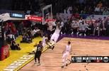Em contra-ataque, LeBron James recebe para bela cravada
