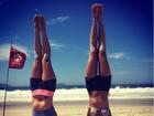 Mel Fronckowiak, namorada de Rodrigo Santoro, faz ioga na praia
